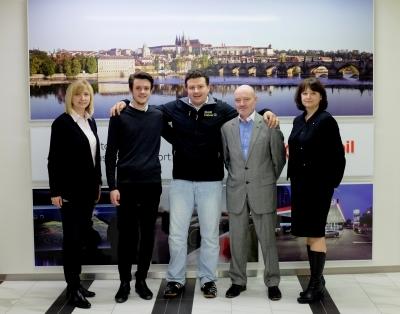 Zleva: Ewa Jezewska, ExxonMobil Polsko; Jan Kistanov, Maier & Korduletsch Maziva; Martin Chmelař, vítěz soutěže WFF; Petr Boukal, Maier & Korduletsch Maziva; Jana Sidunová, Maier & Korduletsch Maziva