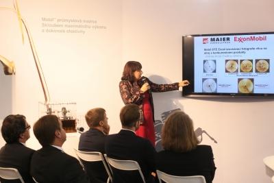 Jana Sidunová ukazuje srovnávací fotografie užití oleje Mobil DTE a konkurenčních produktů. Autor fotografie: Richard Hodonický