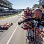 Max Verstappen přijíždí do cíle
